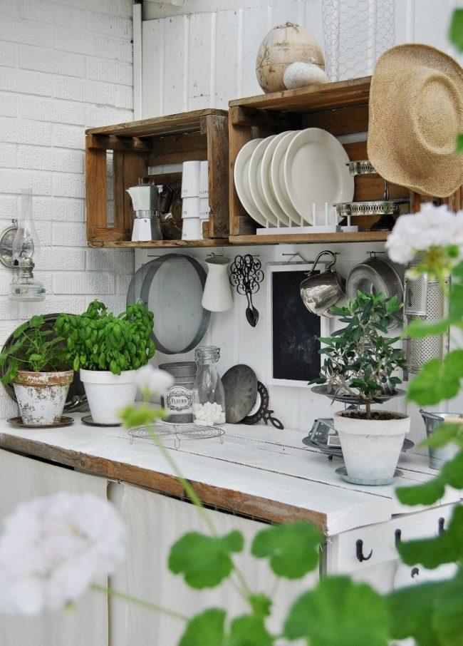 Попробуйте сделать сушилку для посуды из подручных материалов (например, из деревянных ящиков) и ваш уникальный вариант оформления кухни создаст нужную вам атмосферу