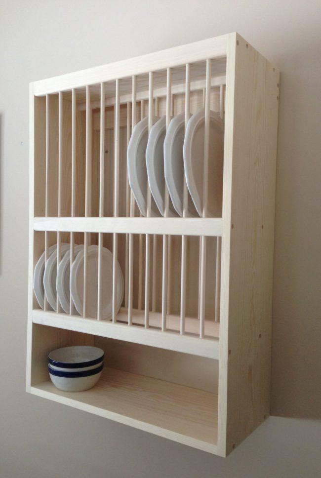 Аккуратная настенная сушилка для посуды из светлого натурального дерева отлично дополнит интерьер в нейтральной цветовой гаммеАккуратная настенная сушилка для посуды из светлого натурального дерева отлично дополнит интерьер в нейтральной цветовой гамме