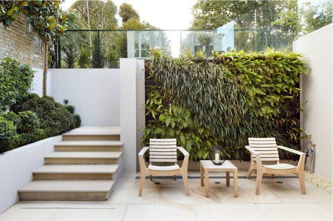 Еще один, достаточно интересный, вариант многоярусного оформления пространства во дворе частного дома