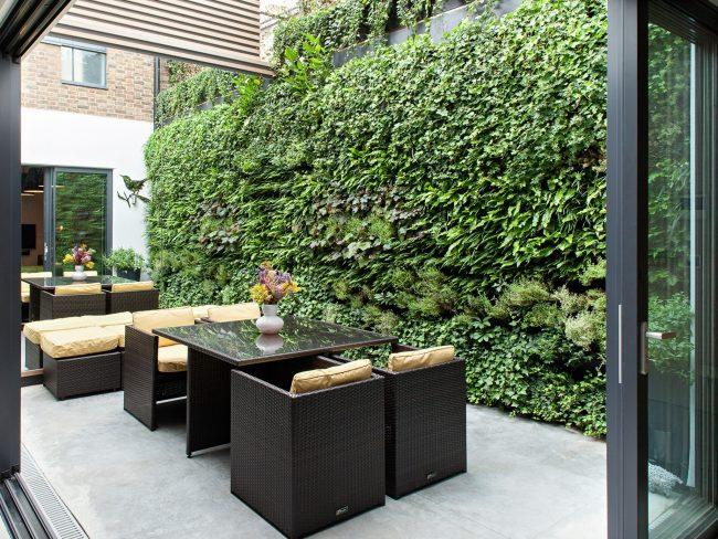 Еще один очень уютный вариант оформления летней площадки во дворе частного дома