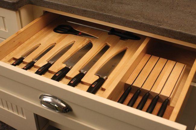 Правильное хранение кухонных ножей в подставке из натурального дерева с углублением для каждой модели