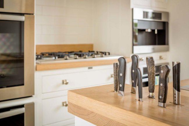 Отличие ножей японского производства от европейского заключается в материале, используемом для изготовления рукоятки: металл или древесина