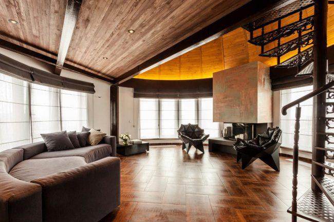 Круглая гостиная с винтовой лестницей на мезонин-этаж