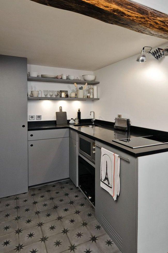 Небольшая кухня может разместиться на мезонин-этаже