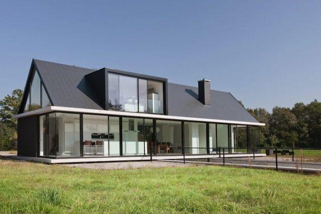 Дом с мезонином и большими панорамными окнами