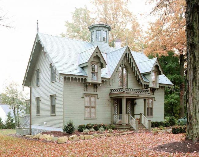 Дом с мезонином в готическом стиле