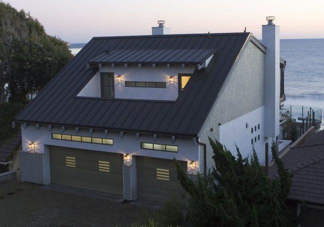 Дом с мезонином на берегу моря