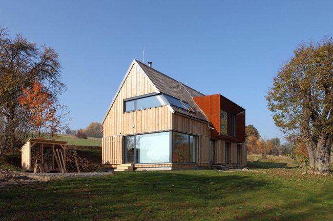 Стильный дом из бруса с мезонином