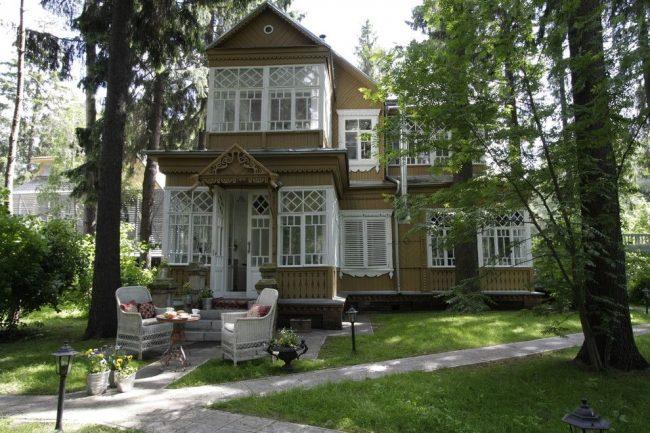 Красивый дом в классическом стиле с мезонином