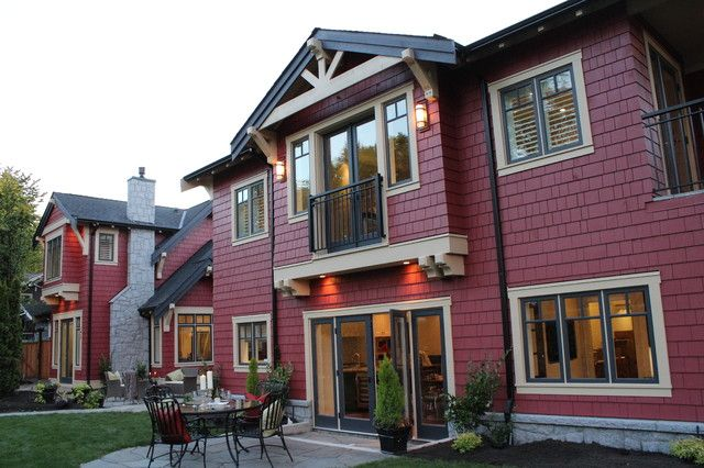 Яркий дом с мезонином
