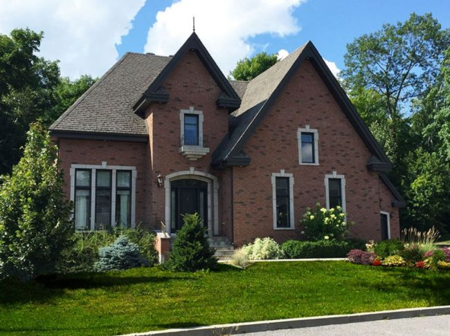 Дом с мезонином и узкими окнами