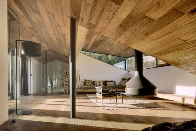 Просторный мезонин частного дома, обустроенный под гостиную