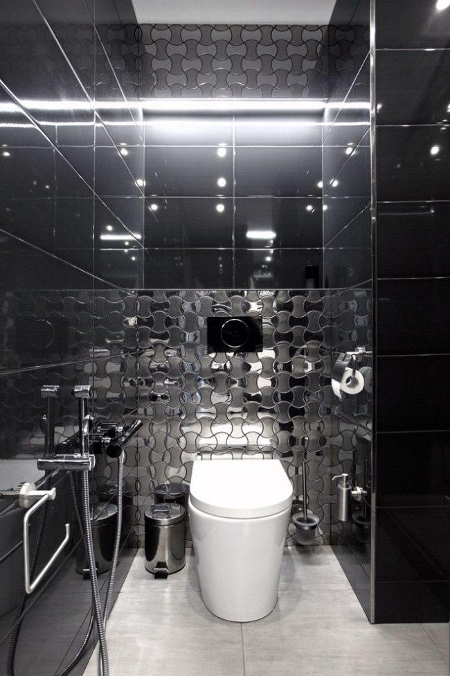 Санузел в темном кафеле с удобным гигиеническим душем