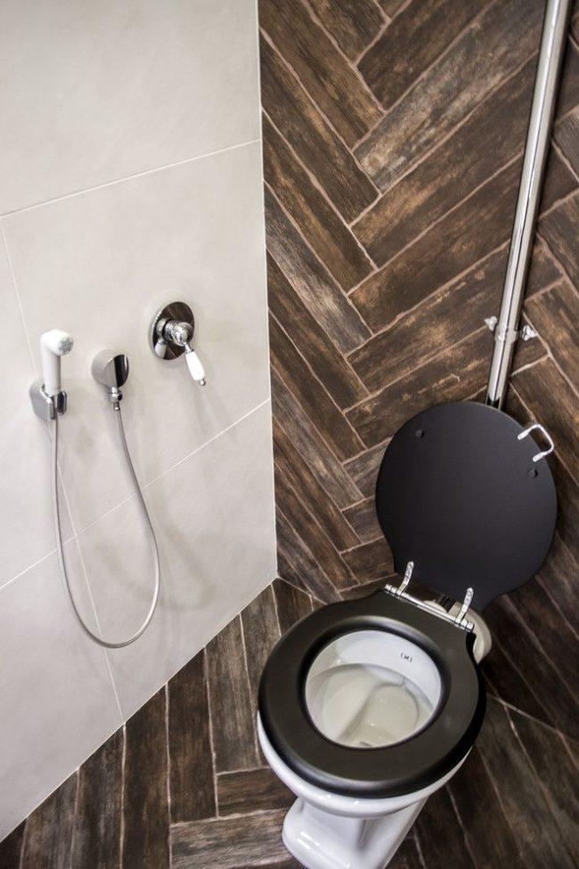 Гигиенический душ для туалета в санузле эклектичного стиля