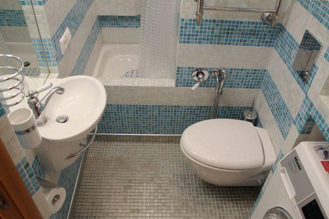 Ванная с плиткой-мозаикой и удобным гигиеническим душем