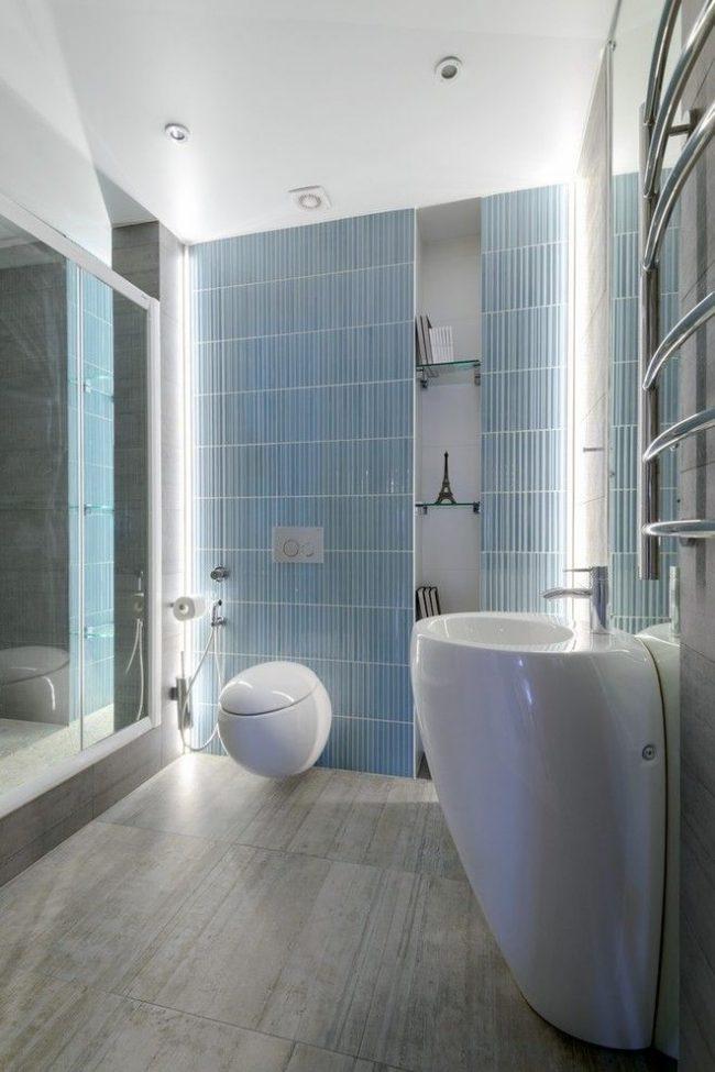 Стильная ванная с голубыми стенами и белой сантехникой