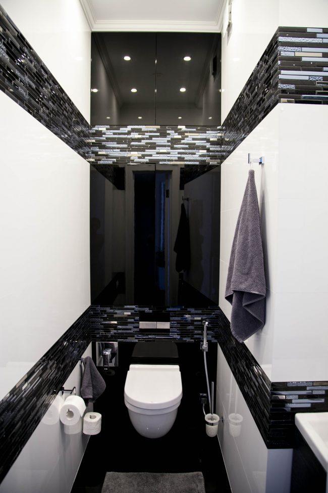 Контрастный черно-белый санузел с удобным гигиеническим душем
