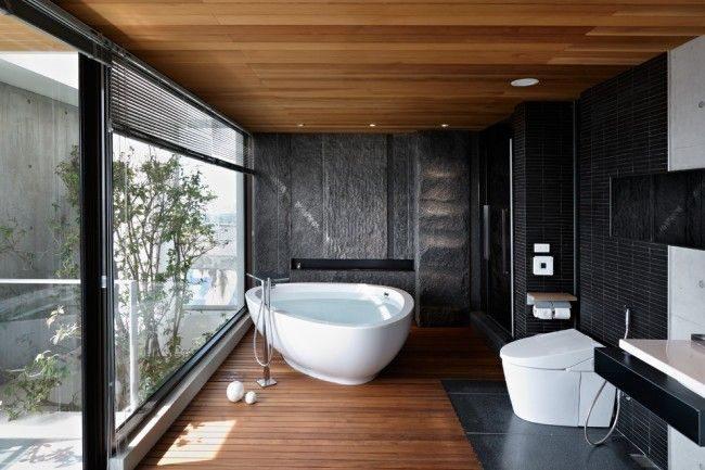 Большая ванная в частном доме с гигиеническим душем для туалета