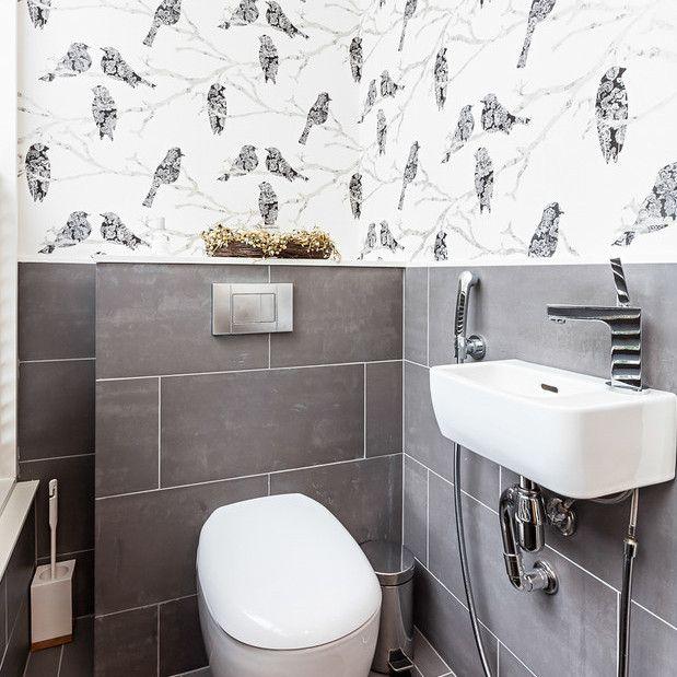 Современный санузел с небольшой раковиной и подключенным к ней гигиеническим душем