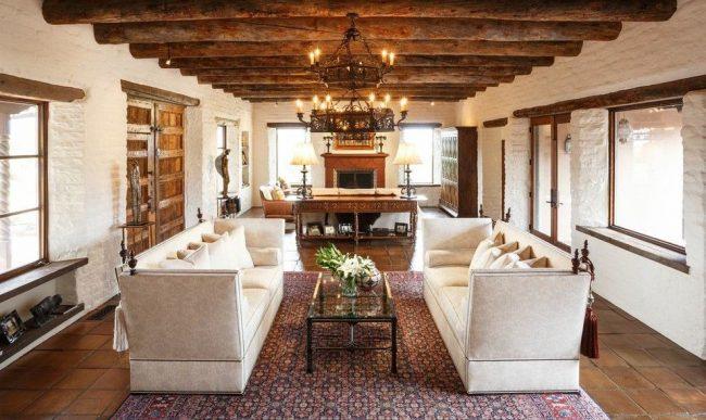 Деревянные балки и белые кирпичные стены в гостиной испанского стиля