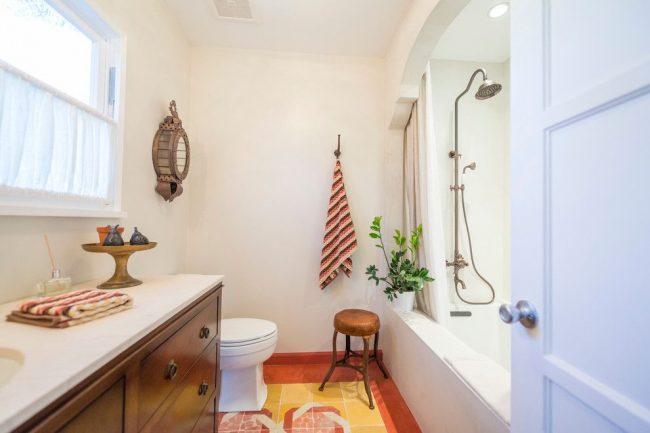 Уютная ванная комната с непривычной нишей для ванны