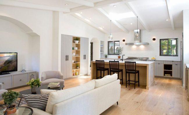 Светлая кухня-студия в испанском стиле