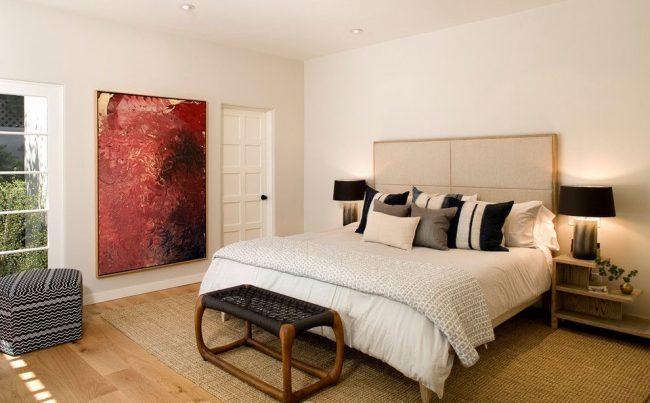 Большое яркое пятно в виде картины подойдет для светлой спальни