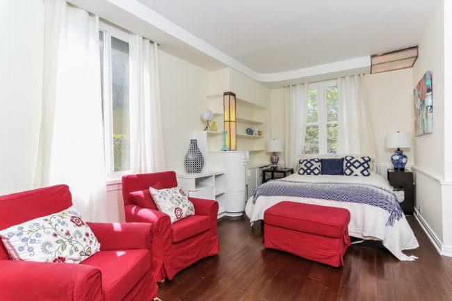 Яркие контрастные кресла в спальне испанского стиля