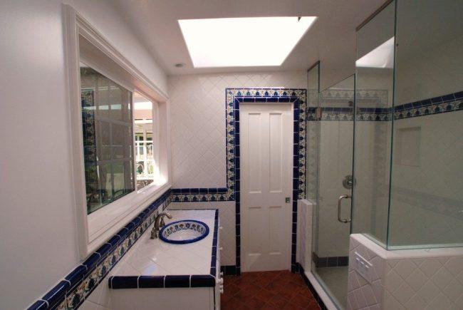 Ванная комната в белом кафеле с синим узором