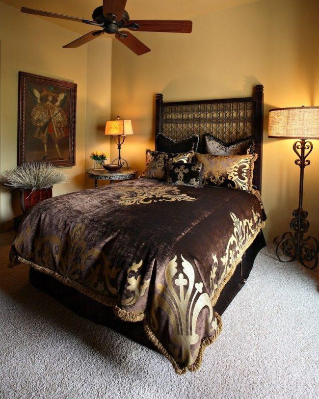 Прикроватные напольные торшеры в спальне испанского стиля