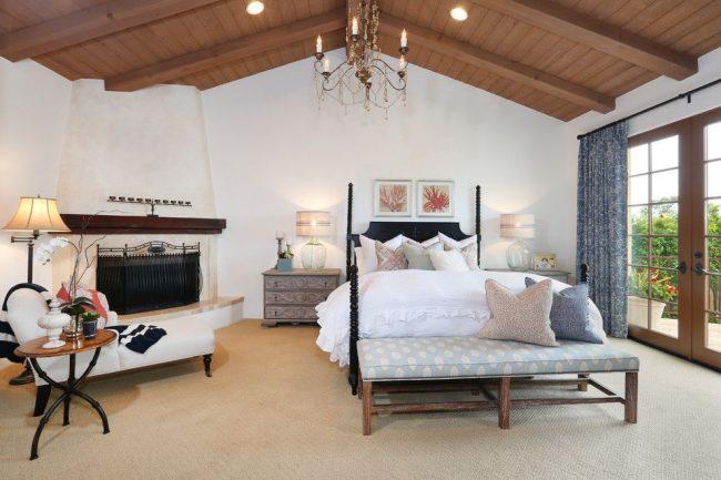 Камин добавит уюта и без того теплой и красивой спальне в испанском стиле