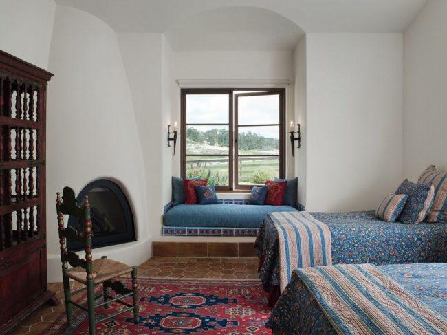 Испанская классика в оформлении спальни