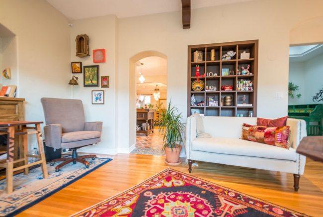 Нескучная гостиная в испанском стиле