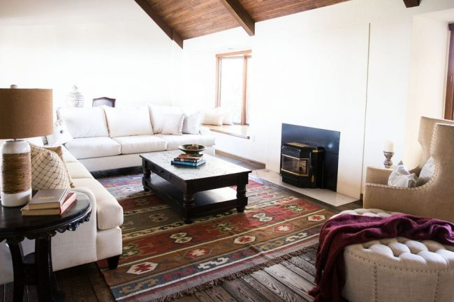 Цветные ковры популярны в интерьерах испанского стиля