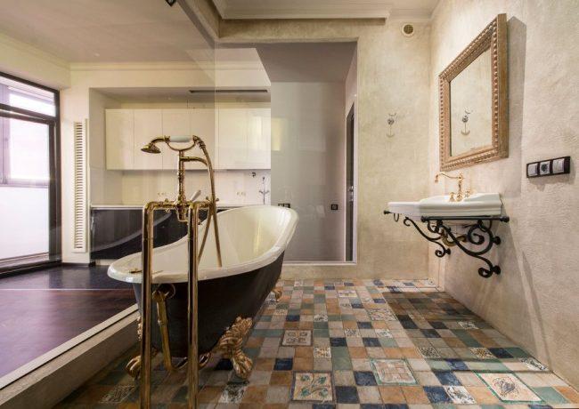Просторная ванная комната с элементами итальянского стиля
