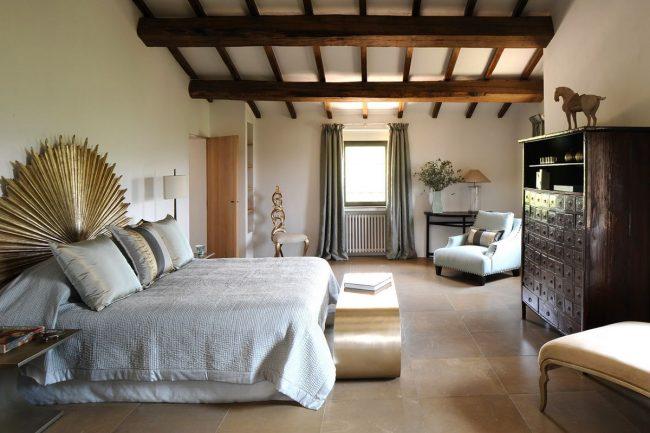 Массивные деревянные балки в спальне итальянского стиля