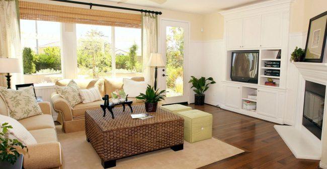 Однотонные ковры в центре комнаты популярны в итальянском стиле
