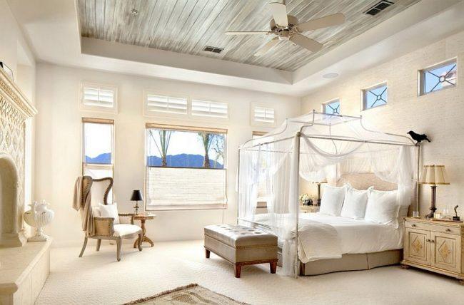Светлая спальня и кровать с балдахином