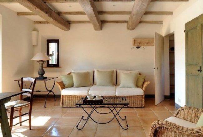 Плетеная и кованая мебель в гостиной итальянского стиля
