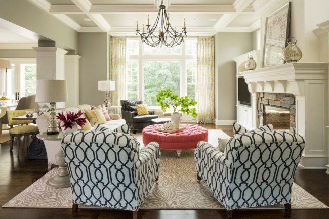 Разнообразная мебель и камин в оформлении гостиной
