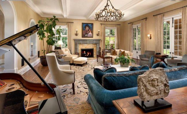 Светлая большая гостиная с ярко-голубым контрастным диваном