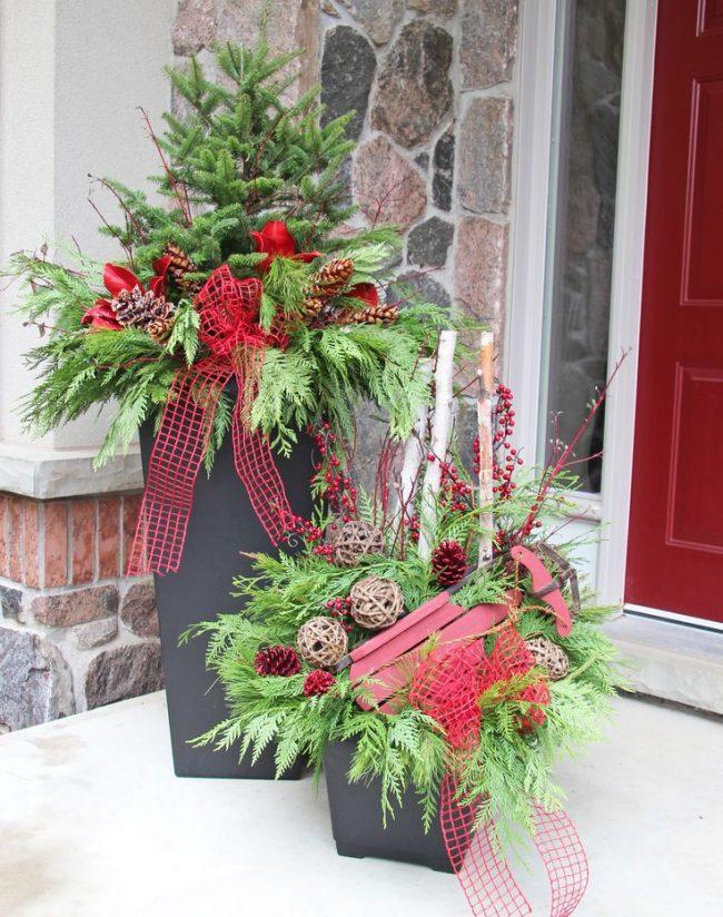 Большие вазы с новогодним декором помогут украсить ваш сад