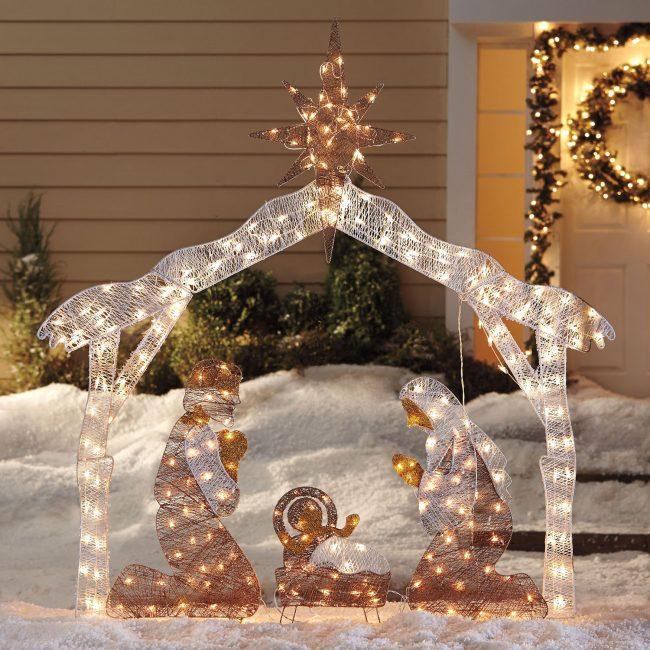 Рождественская композиция, украшенная светодиодными гирляндами