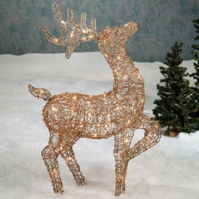 Прекрасный рождественский олень, украшенный гирляндами