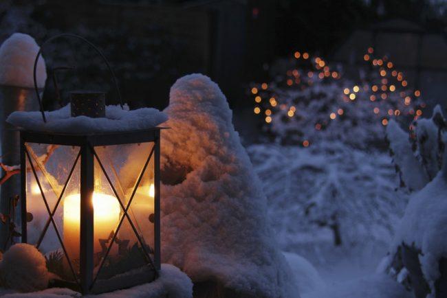 Свечи в стеклянных фонарях послужат не только источником света, но и элементом декора