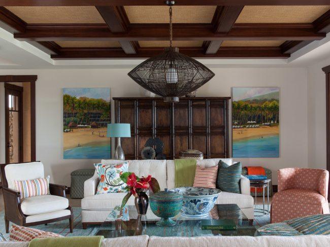 Уютная гостиная с классическим кессонным потолком