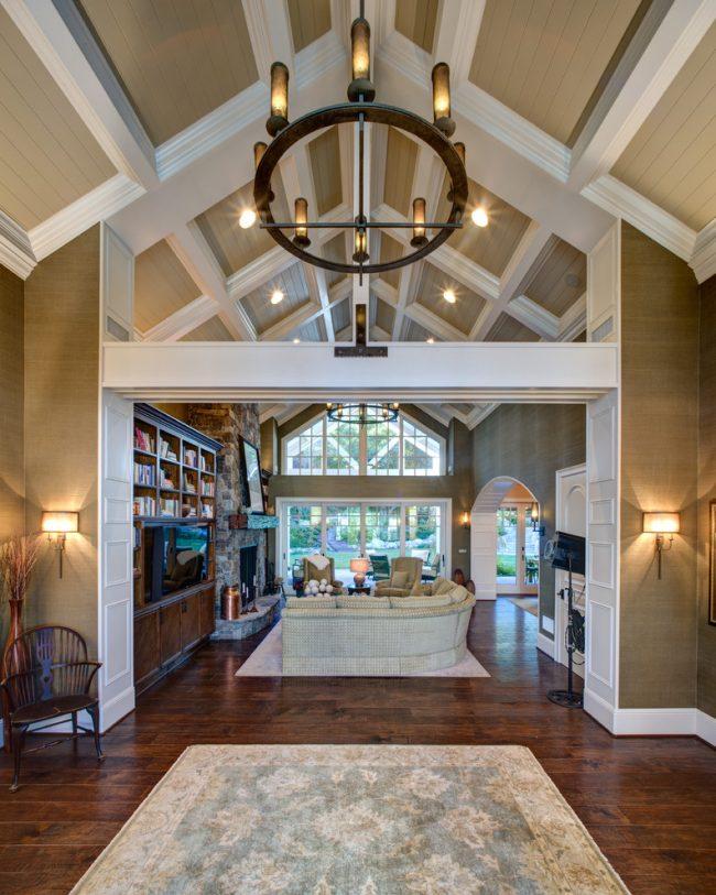 Кессонный потолок хоть и появился давно, но начинает приобретать популярность в дизайне интерьера только сейчас