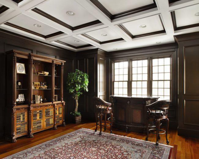 Контрастный кессонный потолок в дизайне кабинета