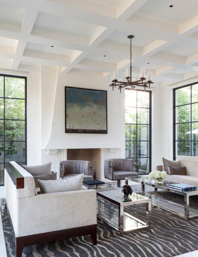 Стильная гостиная в белом цвете с высокими потолками