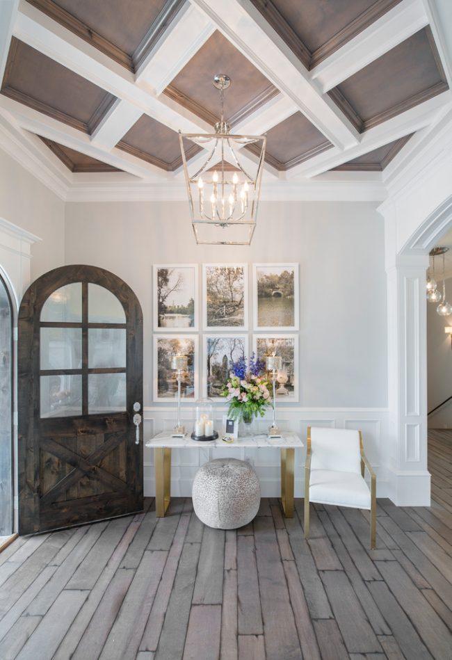 Красивый потолок с кессонными украшениями в форме ромба